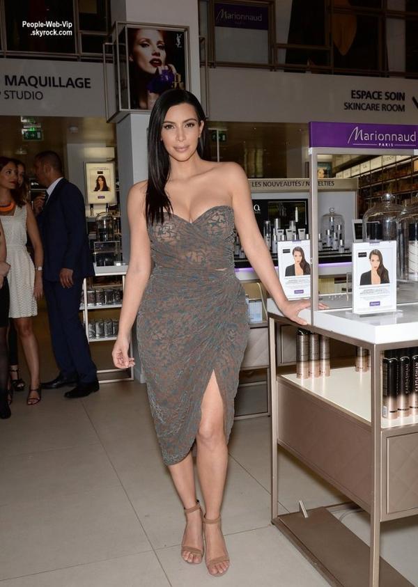 Kim Kardashian a présenté sa gamme de produits pour cheveux, Kardashian Beauty Hair, sur les Champs Elysées,  au magasin Marionnaud ( mercredi (15 Avril) à Paris, France.)