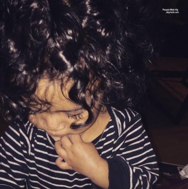 """Chris Brown : """"Dieu m'a béni avec ma jumelle.""""  Le chanteur de 25 ans reconnaît publiquement sa fille Royalty et entame sa nouvelle vie de papa.  Il poste 2 photos de sa bouille !"""