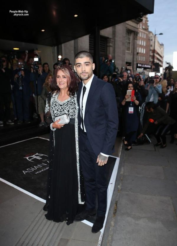 "Zayn Malik prend la pose avec sa mère Trisha en arrivant au "" Asian Awards 2015 "" tenue à l'Hôtel Grosvenor House à Londres. L'ancien chanteur de One Direction fait sa première apparition en solo et a dévoilé sa nouvelle tête rasée. (en Angleterre, le vendredi (17 Avril)."