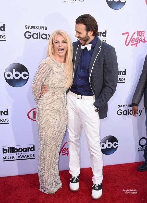 - Billboard Music Awards 2015 - RED CARPET - VIDEO  Britney Spears et Iggy Azalea posent sur le tapis rouge lors de la cérémonie des  Billboard Music Awards 2015 tenue au MGM Grand Garden Arena avec leur chéri Nick Young pour Iggy et Charlie Ebersol pour Brit. (dimanche (17 mai) à Las Vegas.)