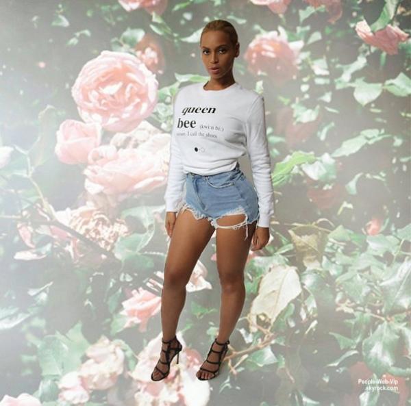 """Le look de Beyonce : Beyonce a partagé quelques photos d'elle portant une chemise """" Queen Bee """" ( vendredi après-midi (22 mai)"""