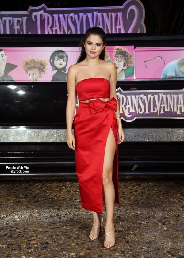 """Selena Gomez prend la pose avec ses co-stars Adam Sandler, Kevin James, et producteur Michelle Murdocca lors du photocall de son prochain film """" Hôtel Transylvanie 2"""" tenue au Ritz-Carlton Cancun  (dimanche (14 Juin) au Mexique.)"""
