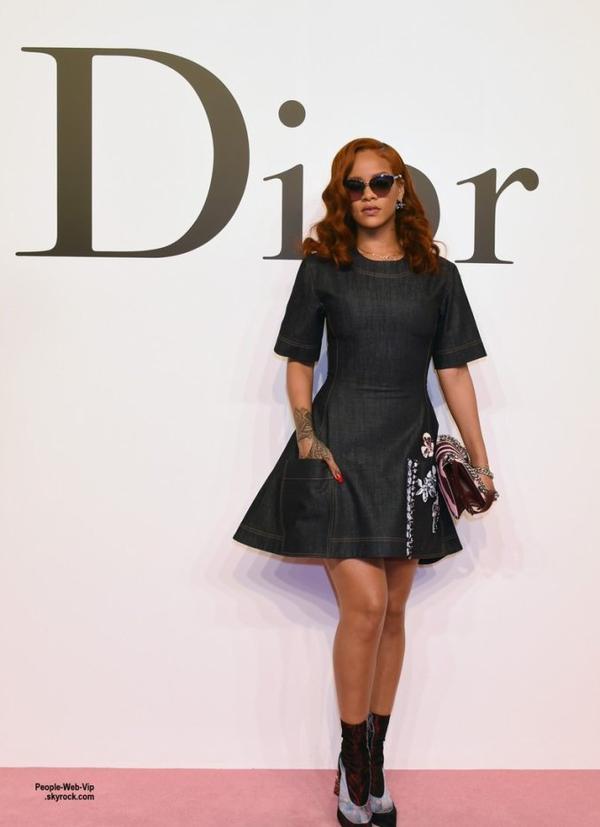 Rihanna a été aperçue au défilé de la marque Dior qui présentait sa collection Automne/Hiver 2016 à Tokyo.  ( mardi (16 Juin) à la National Art Center de Tokyo, au Japon)