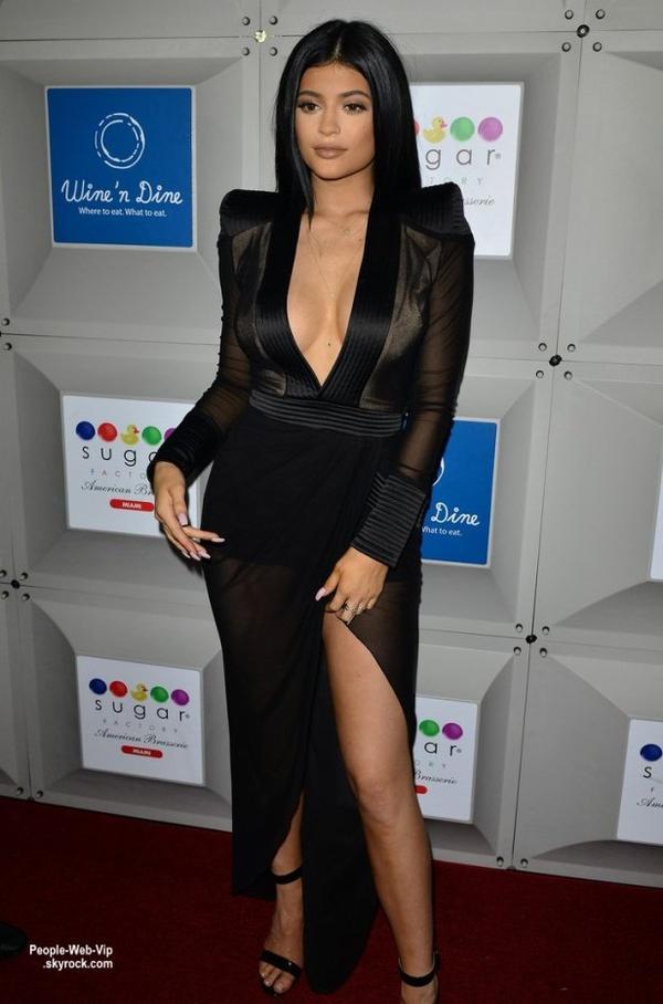 Kylie Jenner, 17 ans, prend la pose dans une robe moulante ( ... )  à l'inauguration de Sugar Factory. (vendredi (19 Juin) à South Beach, en Floride.)