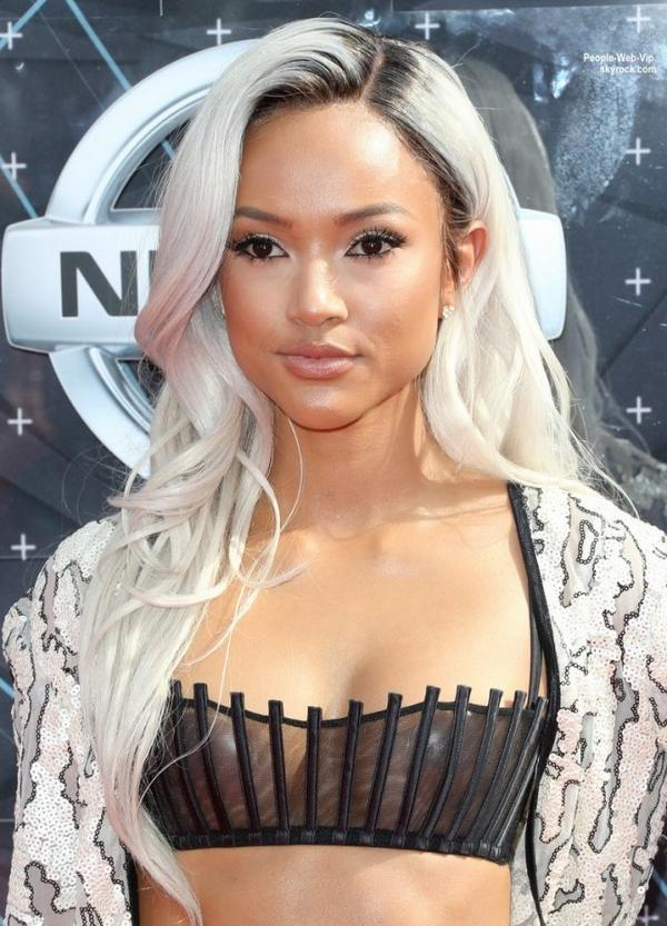 "- BET AWARDS 2015 - Karrueche Tran et sa nouvelle coupe de cheveux, Brandy, Michelle Williams, Kelly Rowland, Chris Brown, Ciara et son petit ami Russell Wilson, Flo Rida et Natalie La Rose sur le tapis rouge des "" BET Awards 2015 ""  (dimanche (28 juin) au Théâtre de Microsoft à Los Angeles.)"
