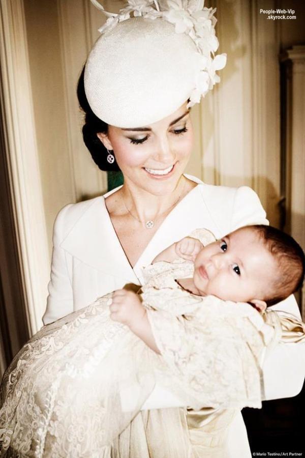 Et voici les premières photos officielles du baptême de la princesse Charlotte ! Les superbes photos, prises par Mario Testino, ont été dévoiler sur le compte Twitter du Palais de Kensington. On y trouve Kate Middleton, Prince William, Prince George, la princesse Charlotte, et les membres des familles royales et de Middleton. Qu'en pensez vous?