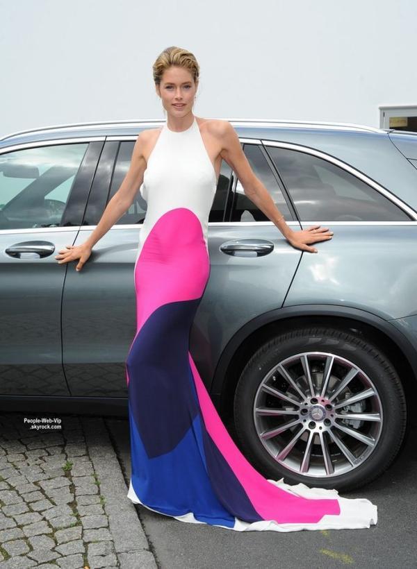 Doutzen Kroes sublime pendant la Fashion Week Mercedes-Benz de Berlin Printemps / Été 2016.  Aimez vous sa tenue? (jeudi (9 Juillet) à Berlin, Allemagne.)