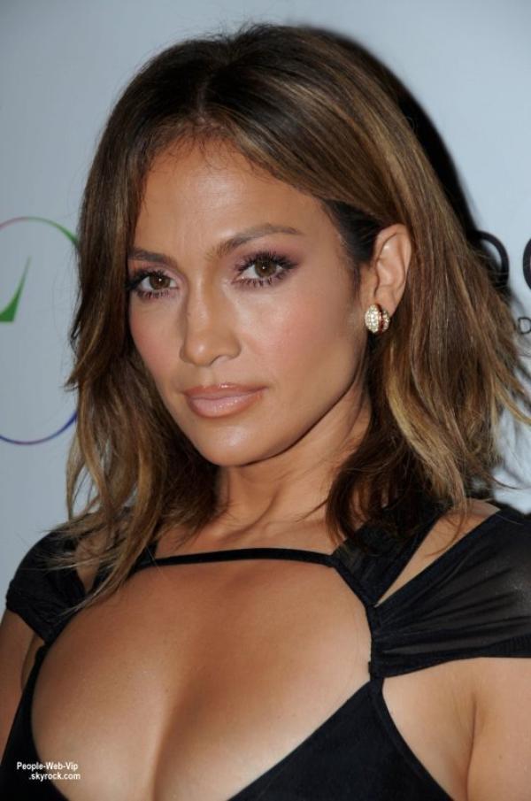 Jennifer Lopez a fêté ses 46 ans au 1OAK Southampton à Southampton, NY en beauté et portait pour l'occasion une robe ajourée qui en dévoilait beaucoup de sa plastique de rêve. Elle a été rejoint par son amoureux  Casper Smart. On aime sa tenue ?