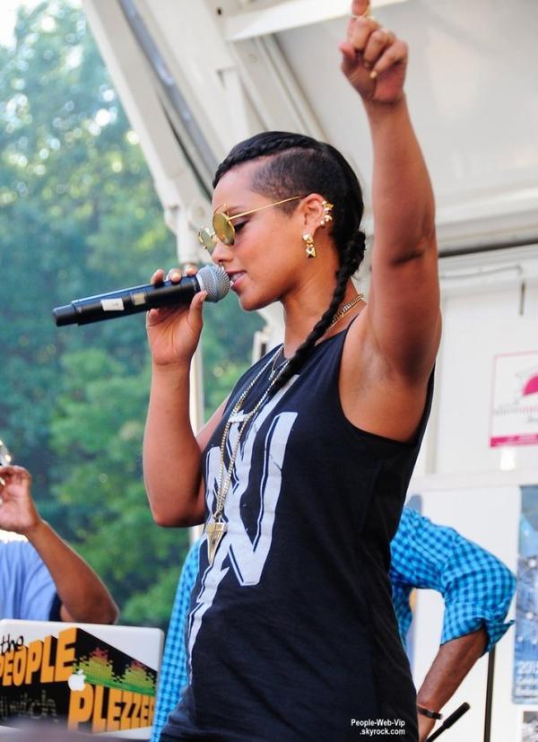 Alicia Keys a fait une apparition surprise lors d'un événement à Harlem. ( samedi (15 Août) à New York.)