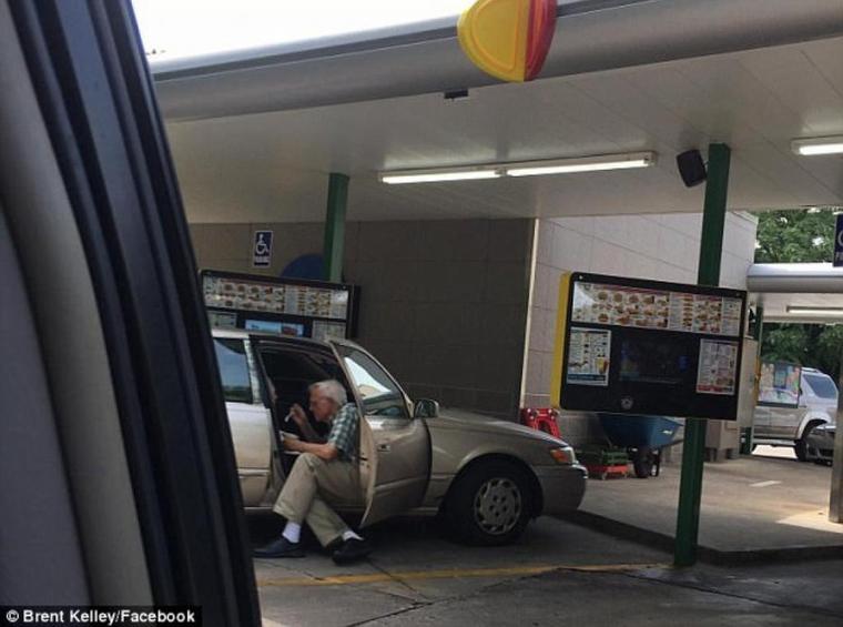 Un homme d'environ 90 ans donne de la crème glacée à sa femme ...