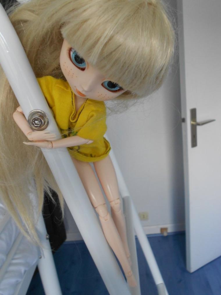 Alice s'accrochant au lit -1