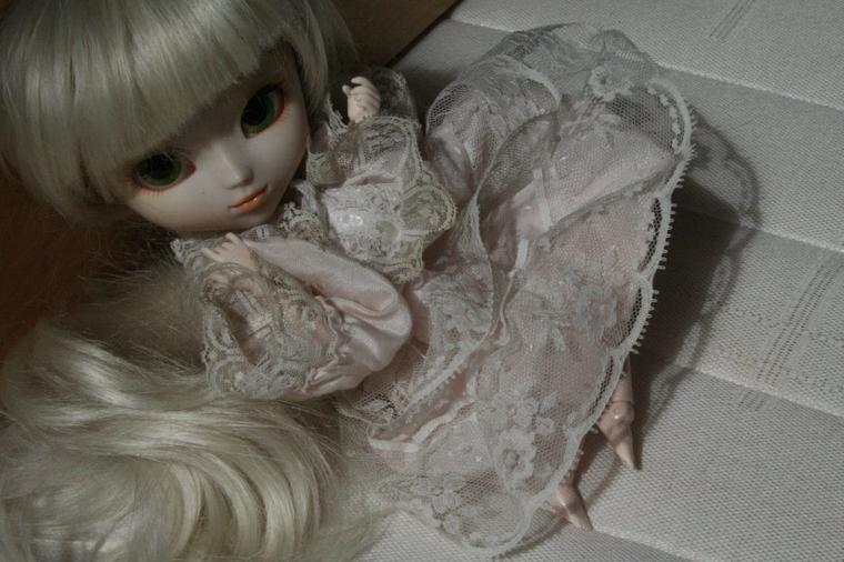 Petite prétentieuse en robe de dentelle