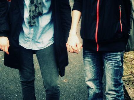 Main dans la main. :)