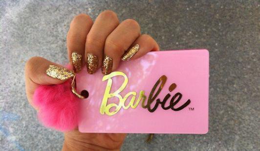 Vous croyez que dans l'annuaire il y le numéro de Barbie ?