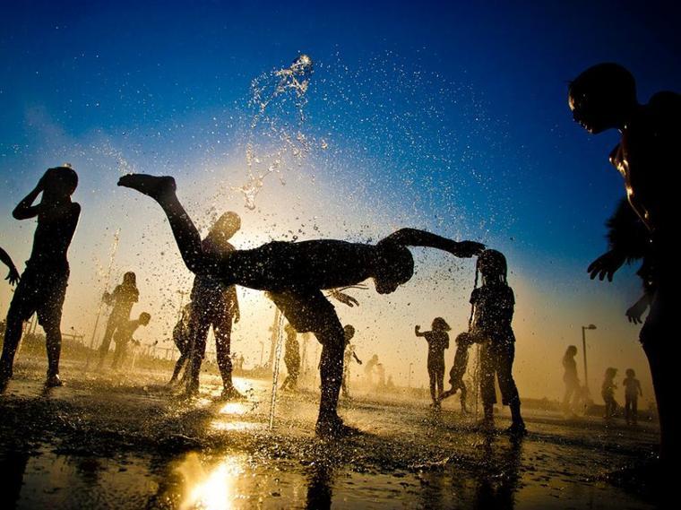 La vie n'est pas un sport qu'on se contente de regarder. Gagner, perdre, ou faire match nul, la partie est en cours, qu'on le veuille ou non. Alors, allez-y, discutez avec l'arbitre, changez les règles, trichez un peu. Faites une pause et soignez vos plaies. Mais jouez. Jouez ! Jouez le jeu. Jouez vite. Jouez librement. Jouez comme s'il n'y avait pas de lendemain. D'accord, l'important n'est pas de gagner ou de perdre, l'important c'est la manière de jouer. Vous ne croyez pas ?