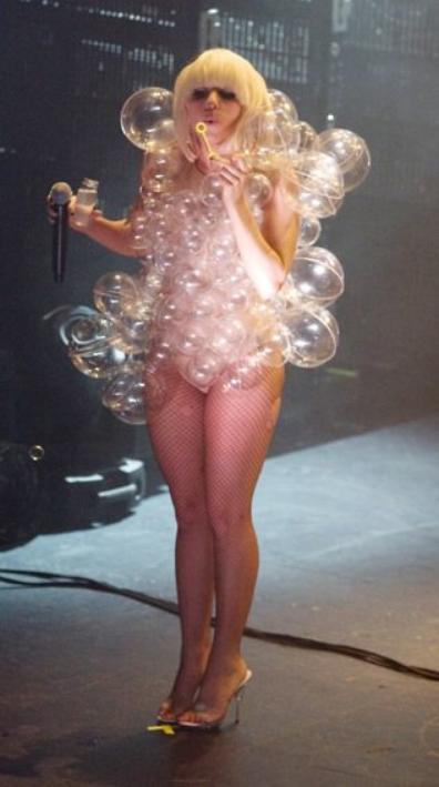 Vote pour ta tenue préférée de Lady Gaga.