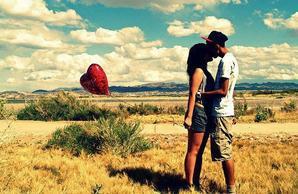 Il y a des chagrins d'amour que le temps n'efface pas, et qui laissent aux sourires des cicatrices imparfaites. Marc Lévy