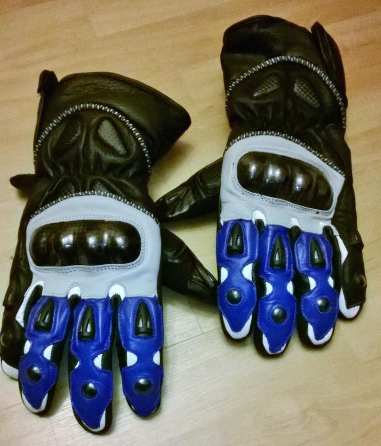 Une paire de gants pas cher mais ça protège, un peu chaud, un peu raide. Mais bon pas les moyens de mettre 200€.