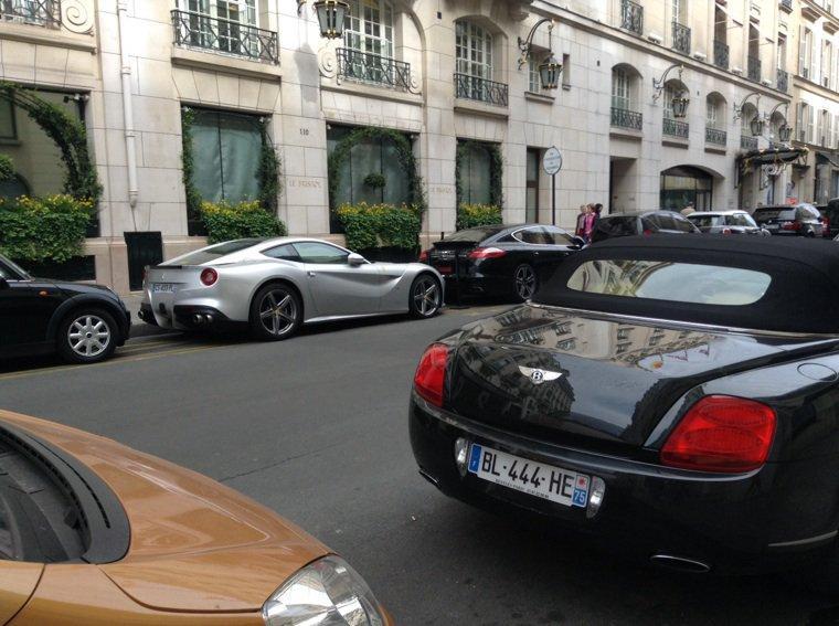 Paris c'est aussi les voitures hahahaha *-*
