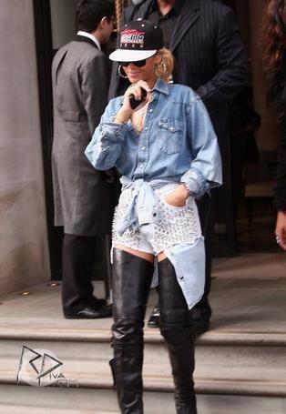 Rihanna quittant son hôtel
