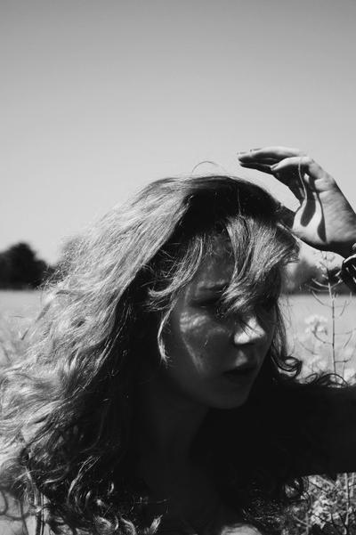 Prends garde au vent, qui parfois fait gonfler les voiles et qui soudain quand ça lui prend, s'enrhume un peu pour nous laisser seuls au milieu.