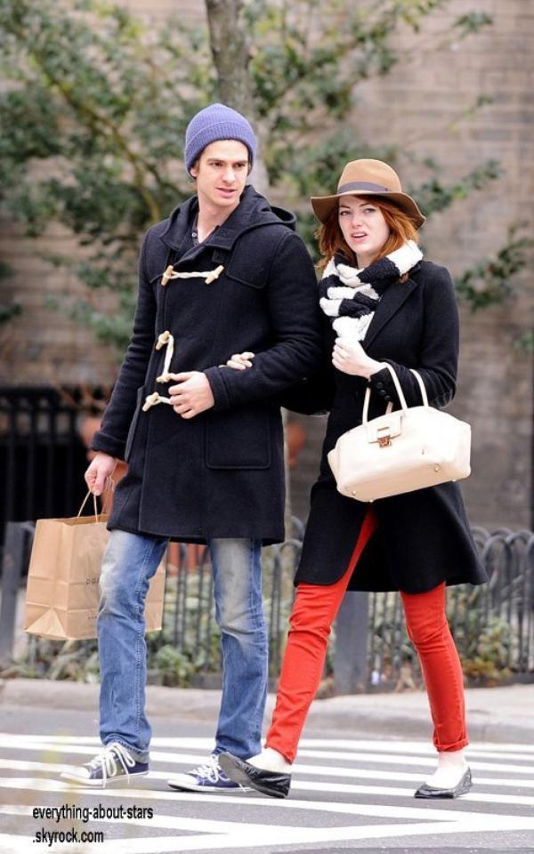 Candid:   Emma Stone et son chéri Andrew Garfield entrain de se balader à New York   le 7 Janvier 2012