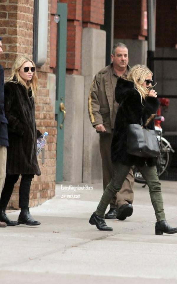 Candid: Mary Kate et Ashley Olsen aperçue quittant leur maison à New York    le 12 Janvier 2012