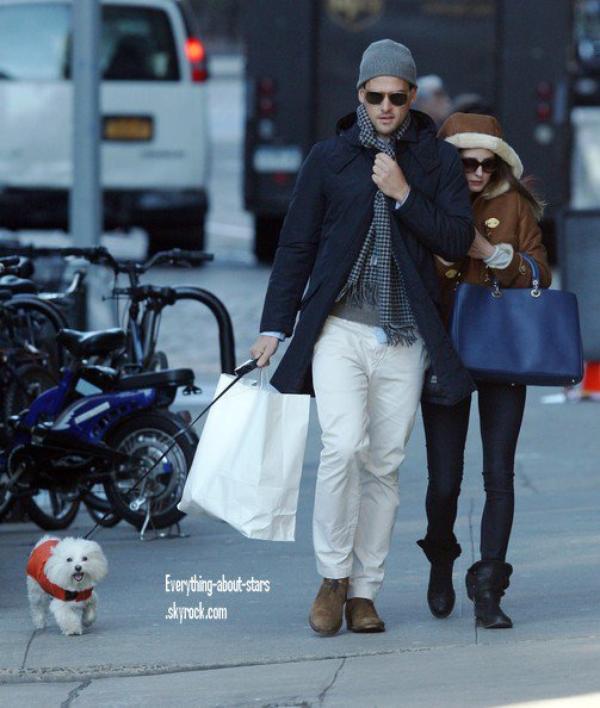 Candid: Olivia Palermo et Johannes Huebl et leur chien pour une promenade à travers la zone de West Village de New York  le 6 Février  2012