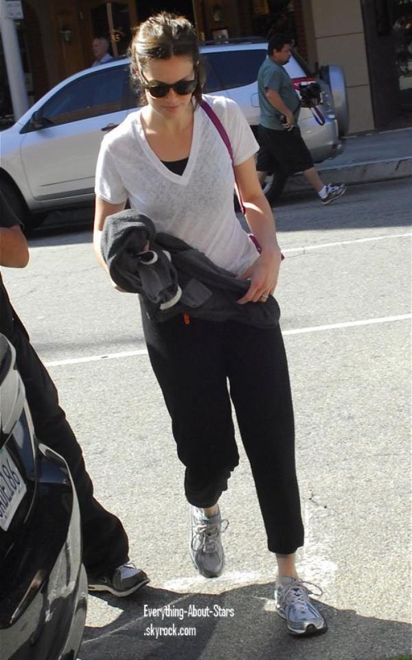 Candid:  Mandy a été repéré sortant d'un salon de manucure à Beverly Hills  le 10 Février 2012