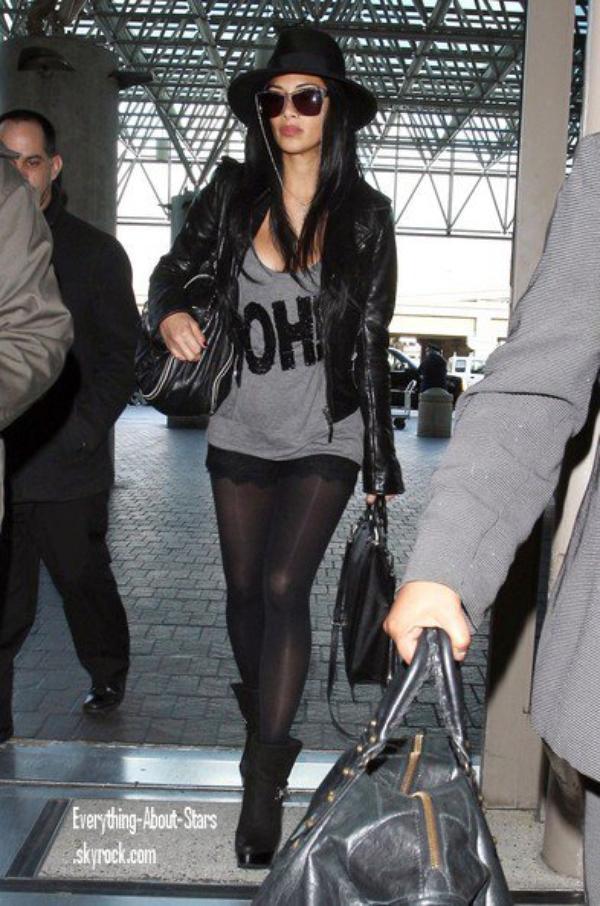 Candid: Nicole aperçue à l'aéroport LAX de Los Angeles    le 11 Février 2012
