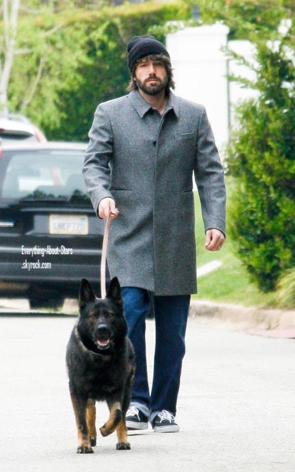 Candid:  Ben photographié en train de promener son chien à Brentwood   le 06 Mars 2012