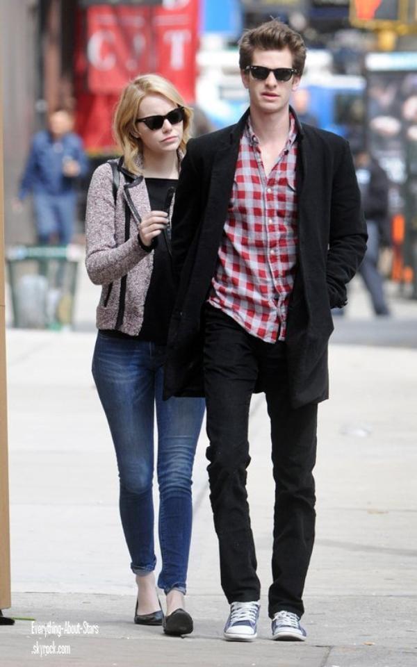 Candid: Andrew Garfield et Emma Stone ont été repérés en train de se promener dans le quartier de Chelsea à New York  le 29 Mars 2012