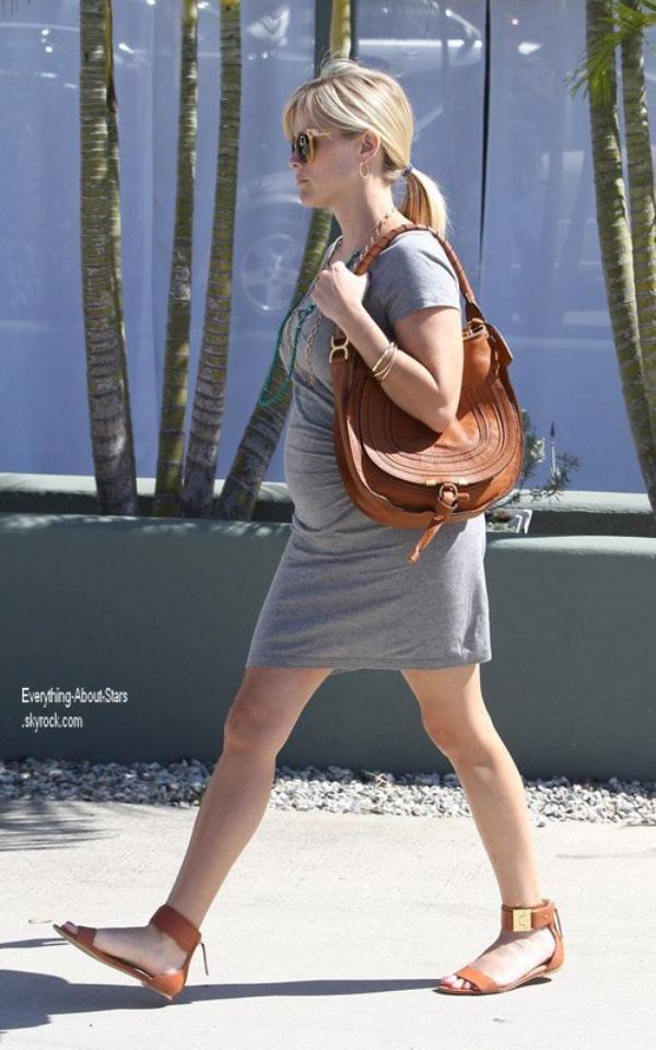 Reese Witherspoon a été repéré sortant de son bureau à Brentwood, en Californie   le 17 Avril 2012