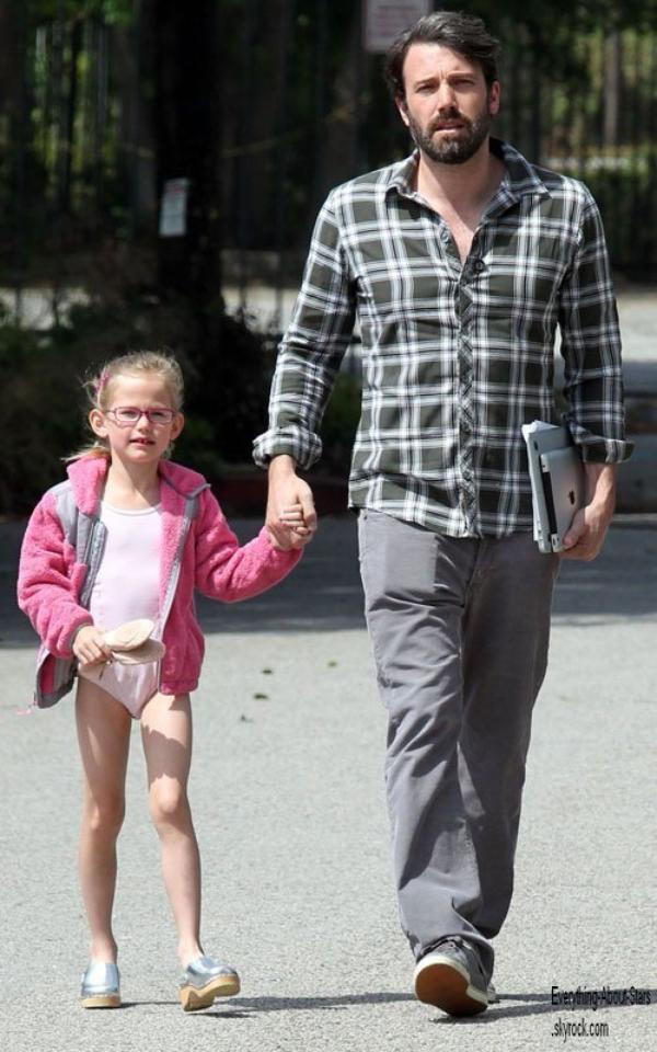 Ben Affleck aperçue dans les rues de Los Angeles avec sa fille Violet  le 21 Avril 2012