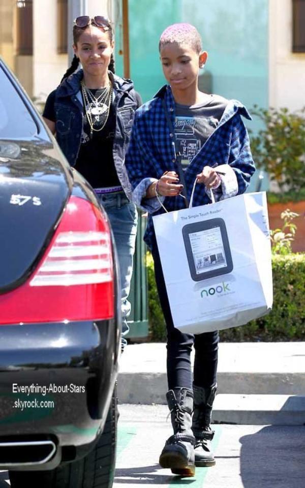 Willow Smith repérée en train de faire du shopping  avec sa mère à Calabasas  le 21 Avril 2012
