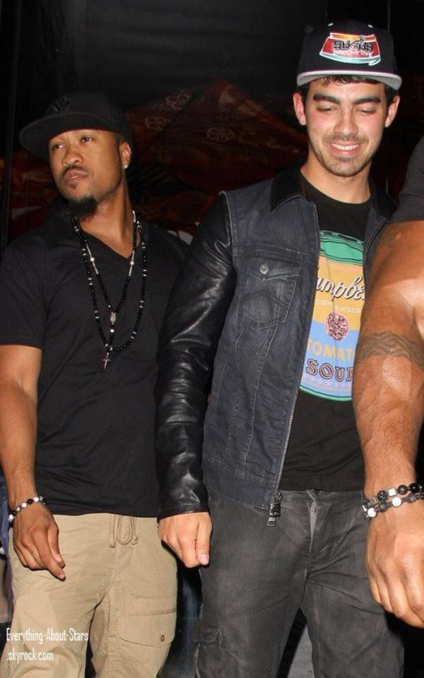 "Joe Jonas et ses amis repérée sortant du "" Katsuya "" à Hollywood.    le 28 Avril 2012"