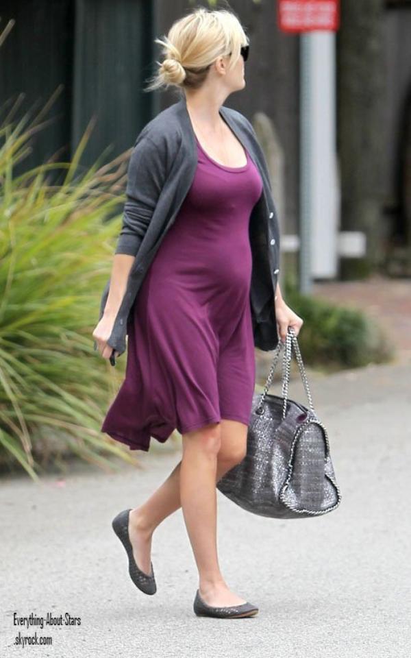 Reese Witherspoon a été photographié alors qu'elle quittait une séance de thérapie  à Brentwood   le 1 Mai 2012