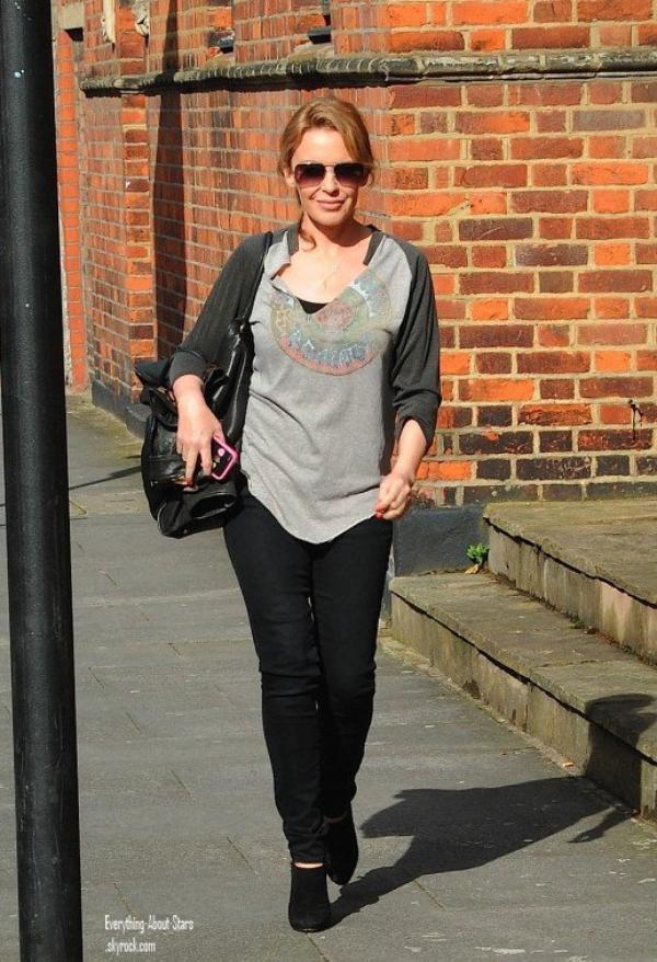 Kylie Minogue photographié sortant d'un bureau à Londres  le 8 Mai 2012