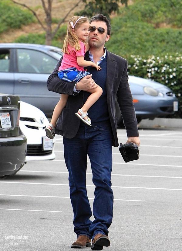 Jennifer Garner et sa famille ont été aperçue dans les rues de la Californie.  le 13 Mai 2012
