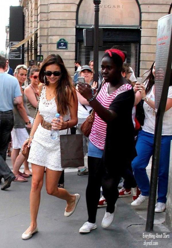 Nina Dobev suivis par une horde de fan alors qu'elle se promenait  à Paris    le 27 Mai 2012