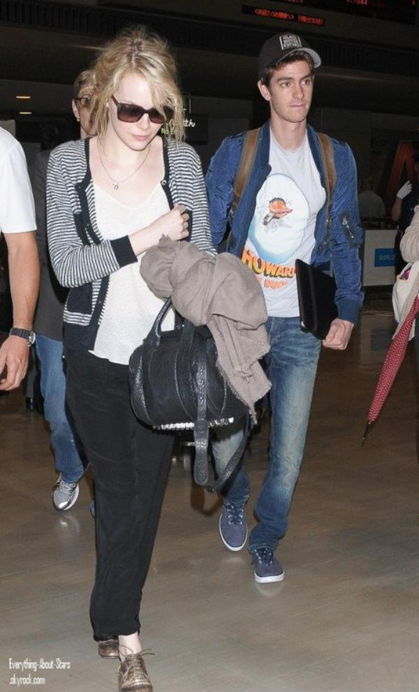 Emma Stone et son chéri Andrew Garfield aperçue à l'aéroport à Tokyo    le 10 Juin 2012