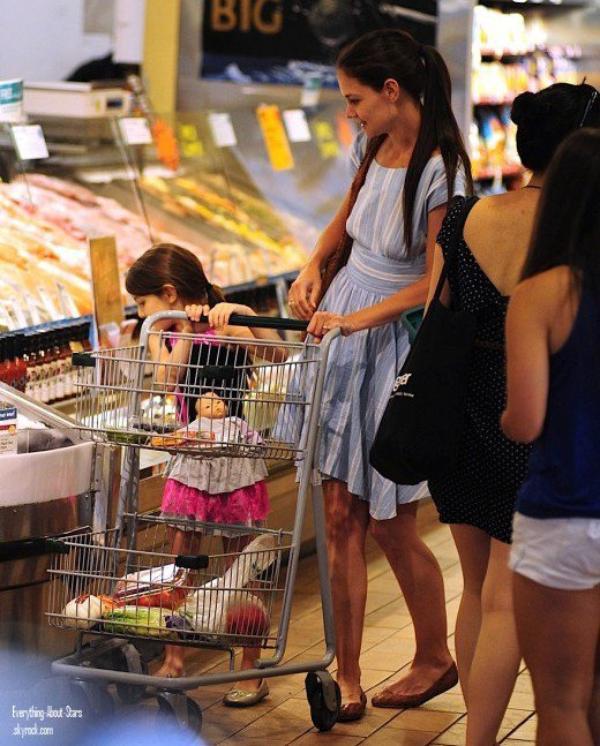 Katie Holmes et sa fille Suri aperçue en train de faire des courses à Whole Foods à Manhattan  le 23 Juin 2012