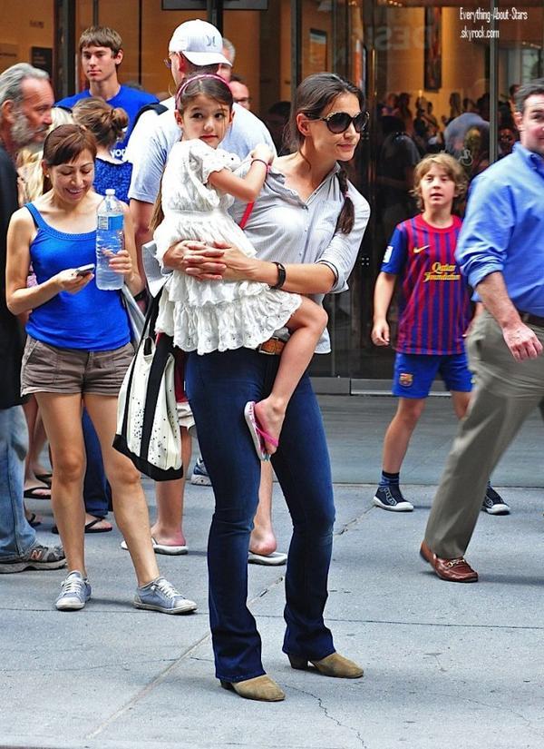 Katie Holmes et sa fille Suri ont été aperçue se rendant au Museum of Modern Art de New York.   le 6 Août  2012