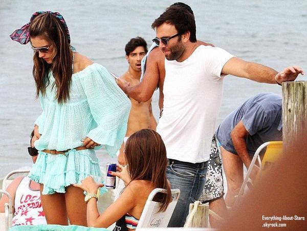 Alessandra Ambrosio en vacances avec son fiancé Jamie Mazur et quelques amies au Brésil    Le 4 Janvier 2013