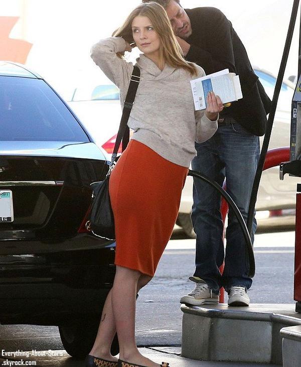 Misha Barton aperçue dans une station de service avec son boyfriend Sebastian Knapp à Studio City .   Le 16 Janvier 2013