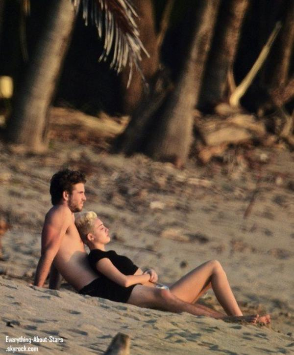 Photo du jour  : Miley Cyrus et Liam Hemsworth sur une plage au Costa Rica