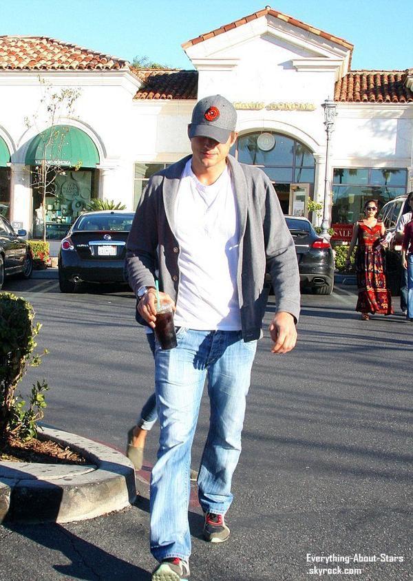 Mila Kunis et son boyfriend Ashton Kutcher aperçue à la sortie d'un starbucks à Los Angeles.   Le 19 Janvier 2013