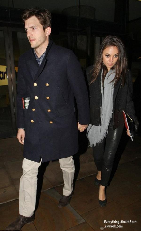 Mila Kunis et son boyfriend Ashton Kutcher ont été repérée se rendant dîner à Londres   Le 12 Avril 2013
