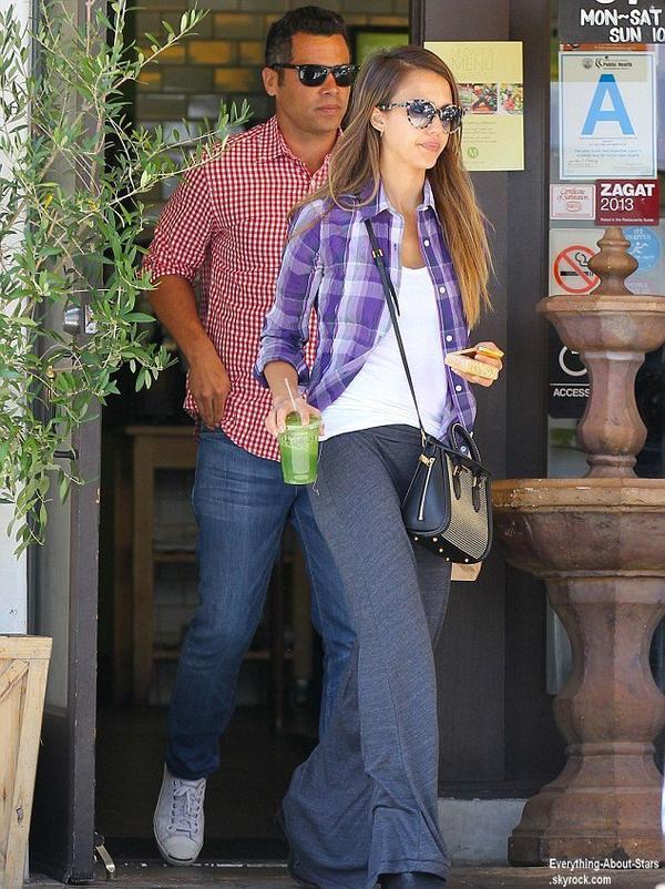 Jessica Alba et son mari Cash Warren sont allés déjeuner au M-Café à Beverly Hills  Le 1 Août 2013