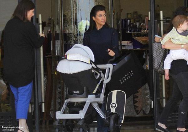 Kourtney Kardashian repérée en train de faire du shopping en famille à West Hollywood  Le 1 Août 2013